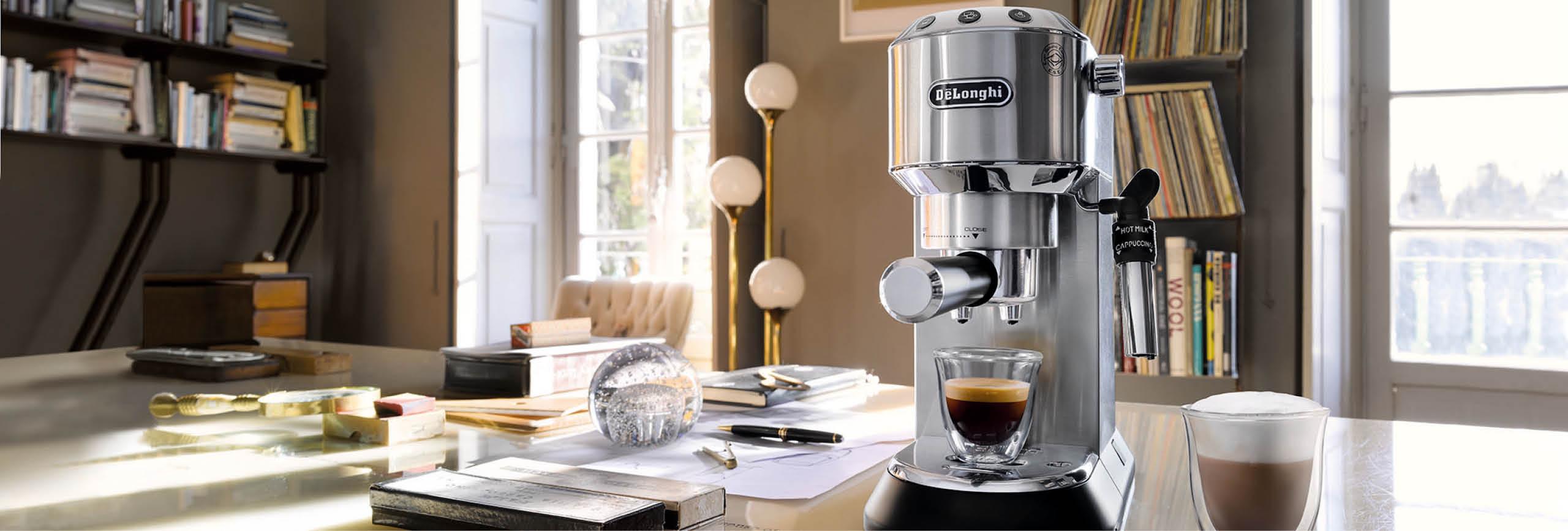 Kaffeemaschine, Gläser und Bohnen von De'Longhi